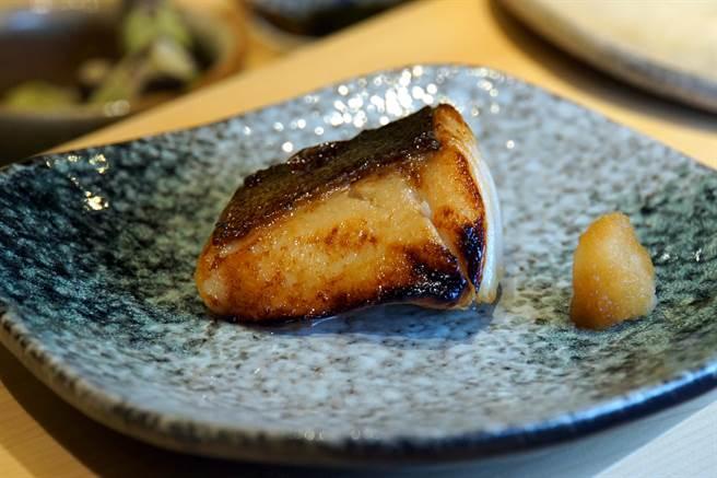 〈鮨七海〉除主要供應海鮮壽司,也有以細膩廚功烹製的熱食,圖為〈銀鱈味噌燒〉。(攝影/姚舜)