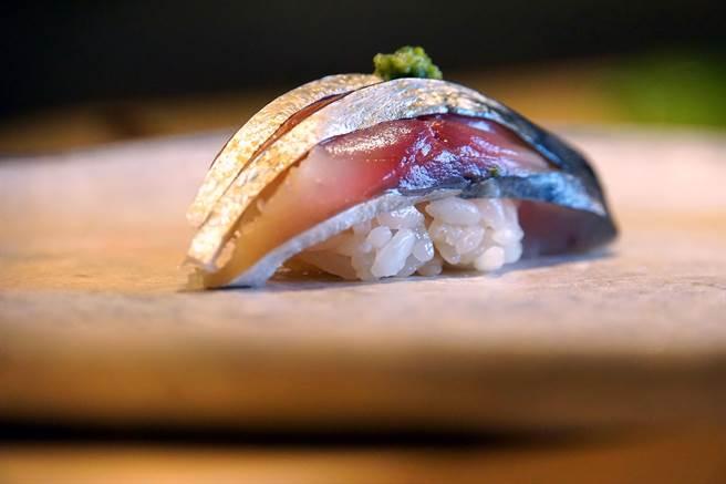 刀工不只是為了「美觀」,更是為了「口感」,從〈鯖魚握壽司〉可以看出野澤勝的刀工不俗。(攝影/姚舜)