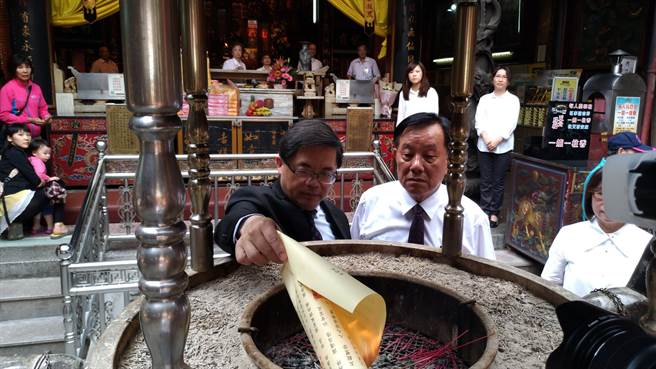 台南市代理市長李孟諺親手火化祈雨疏文。(程炳璋攝)