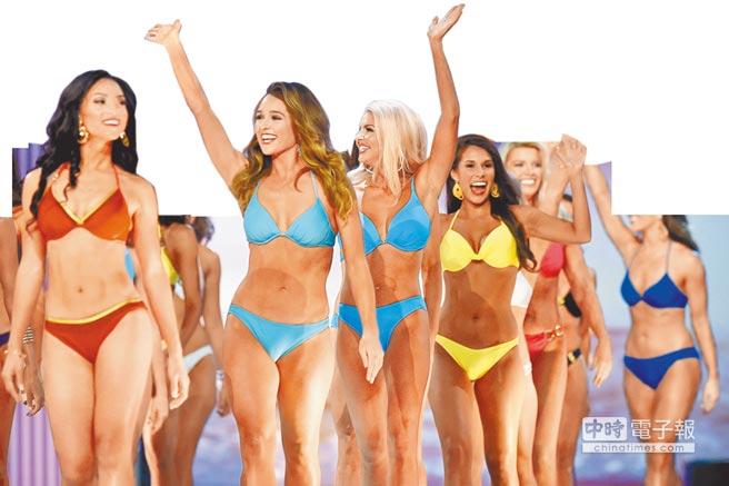 去年9月「2018年美利堅小姐」在新澤西州大西洋城進行初選時,眾佳麗分別以洋裝及性感比基尼,在台上向觀眾揮手致意。(美聯社)
