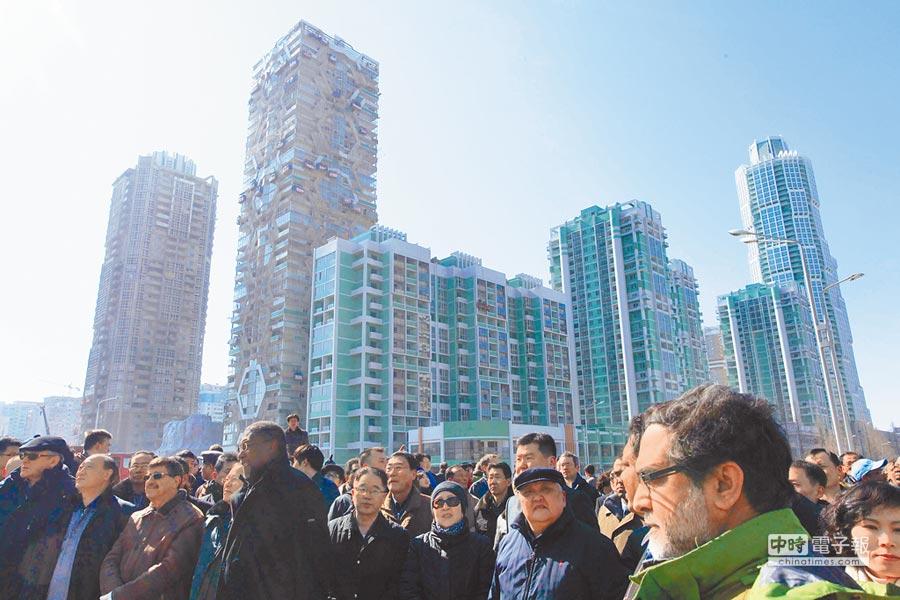「川金會」若能成功,有望為北韓帶來投資熱潮。圖為去年3月間,北韓當局邀請外國駐朝人員、記者前往平壤「黎明大街」,介紹當地的建設成果。(美聯社)