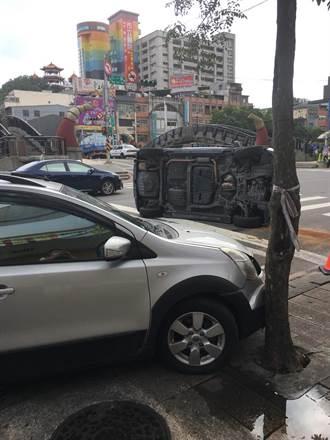 2車擦撞1車側翻 駕駛輕傷自行脫困