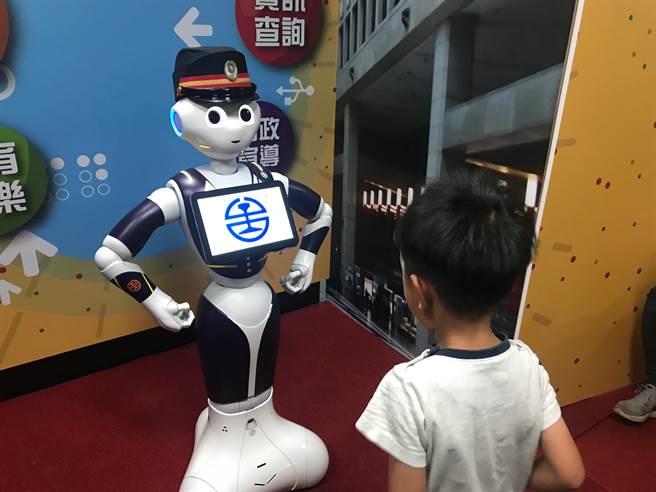 Pepper機器人擔任新站務員,跟小朋友開心互動。(王思慧攝影)