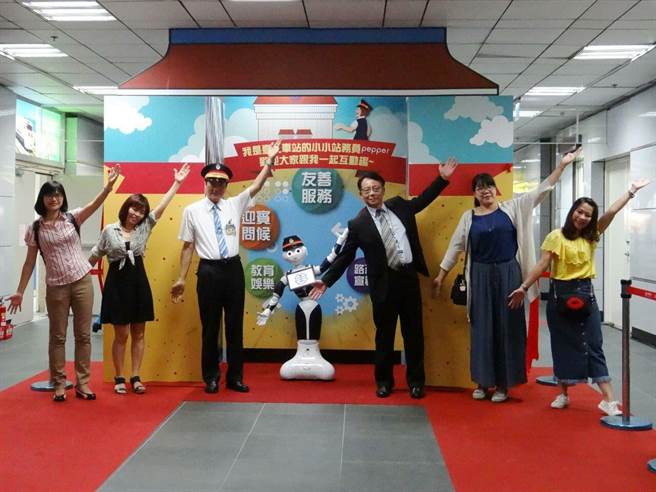 台北車站於今天下午1時31分舉行Pepper授帽儀式。(台鐵提供)