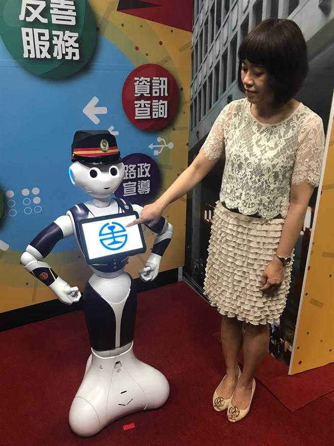 即日起在台北、台中、高雄、花蓮車站,都有多國語言的Pepper擔任站務員。(王思慧攝影)