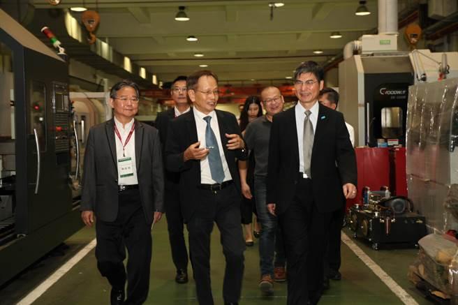 科技部長陳良基(右)在中科管理局長陳銘煌(左)、程泰機械董事長楊德華陪同下,參訪程泰中科廠設置的智慧機械示範生產線。(圖/中科提供)
