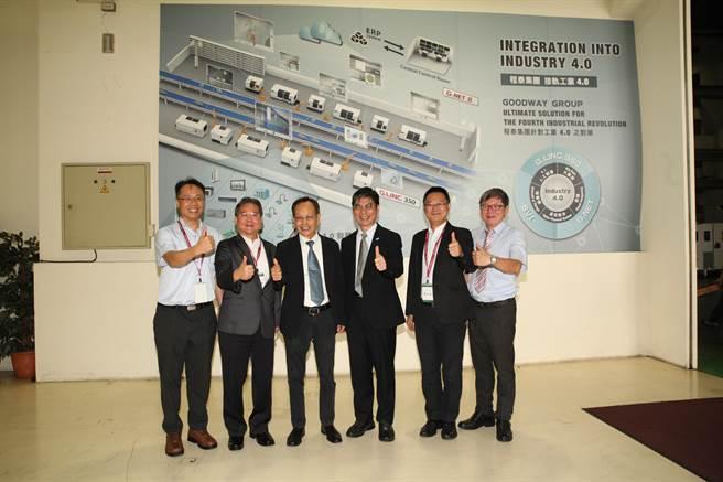 科技部長陳良基(右三)在中科管理局長陳銘煌(左二)、程泰機械董事長楊德華(左三)陪同下,參訪程泰中科廠設置的智慧機械示範生產線。(圖/中科提供)