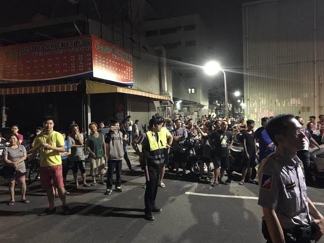 高雄小港晚間爆發夫砍妻血案,現場大批民眾圍觀。(柯宗緯攝)