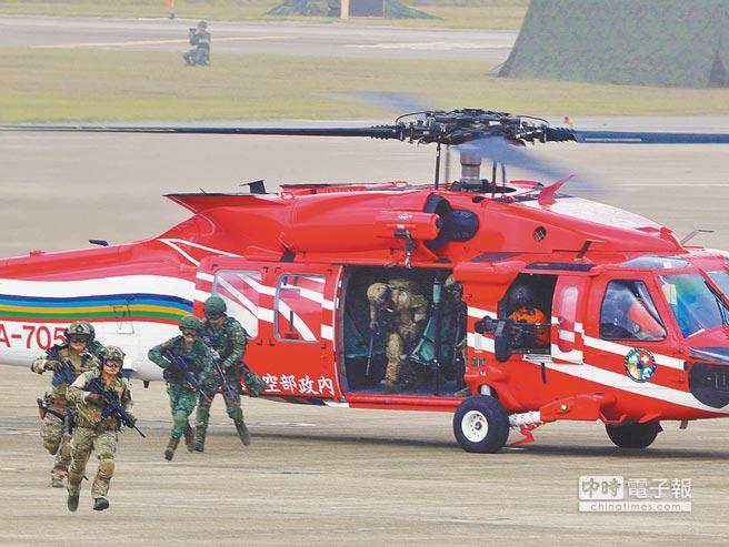 美國參議院版國防授權法草案支持強化美台軍事交流,圖為「漢光34號」演習首度徵用隸屬空勤總隊的UH-60M黑鷹直升機運送特遣隊。(陳怡誠攝)