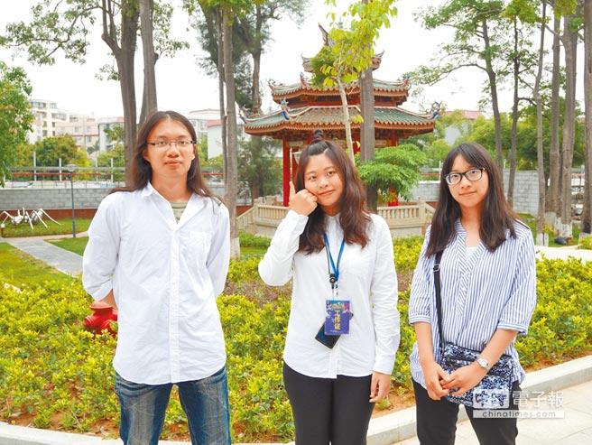 台北海洋科大學生許恒碩(左起)、景文科大學生徐慧珉、北市商剛畢業的姜錦容,以首到族身分參與海峽論壇。(記者陳君碩攝)