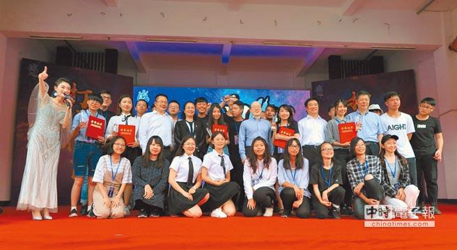 兩岸6個團隊,30名青年,在「打破界限」海峽論壇首屆創意塗鴉大獎賽的舞台上,放飛自己的夢想。(記者陳政錄攝)