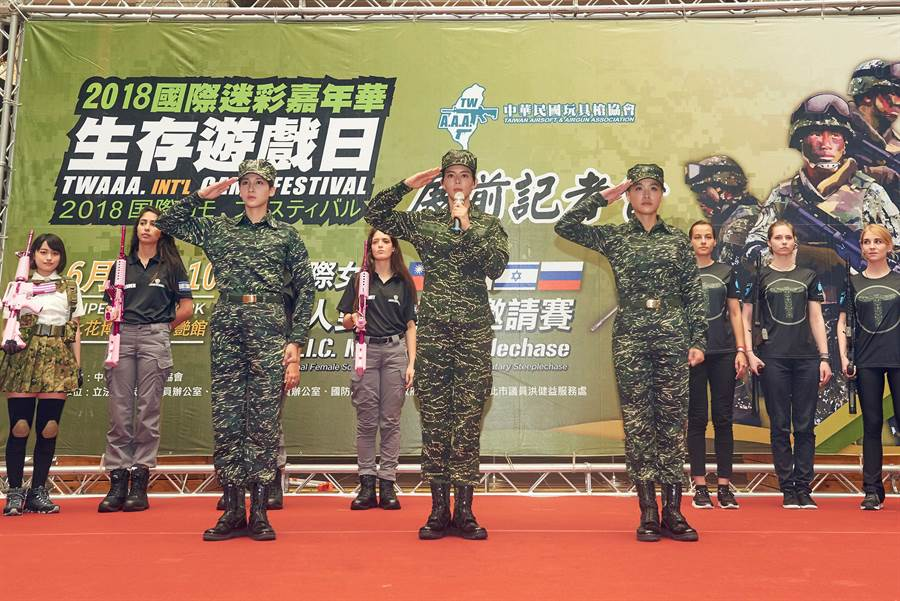 小嫻(左起)、劉香慈、鄭亞一起出席2018國際迷彩嘉年華。(TVBS)