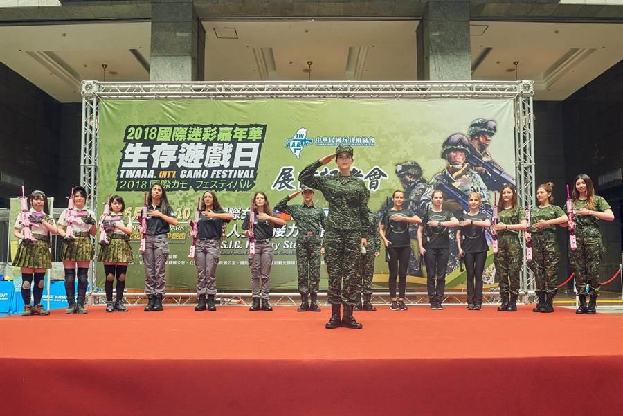 劉香慈在2018國際迷彩嘉年華中領軍喊口令帥度爆表。(TVBS)