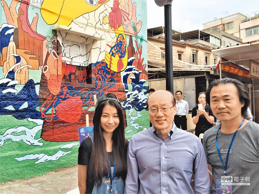 國台辦主任劉結一(中)與一等獎作品《BE YOUNG》創作團隊成員(左)與指導老師,及該作品合影。(記者陳政錄攝)