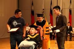 嘉大罕病生畢業 校長推輪椅「祝」他邁向新人生
