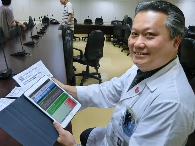 奇美醫學中心加護醫學部主治醫師陳志金示範如何透過平板進行醫病共享決策。(曹婷婷攝)