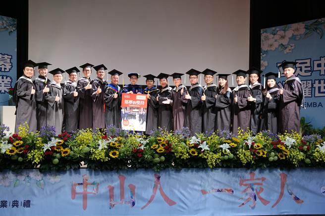 EMBA畢業班E19級的15位企業家,出版新書《築夢的堅持:15位創業家的追夢之旅》獻給學校。(柯宗緯翻攝)
