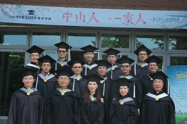 EMBA畢業班E19級的15位企業家,將自身築夢、追夢到圓夢歷程化成文字,鼓勵更多人圓夢。(柯宗緯翻攝)
