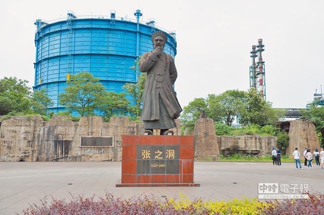 新冶鋼廠區內,樹立了一尊當年創辦人、清朝湖廣總督張之洞的塑像。(記者藍孝威攝)