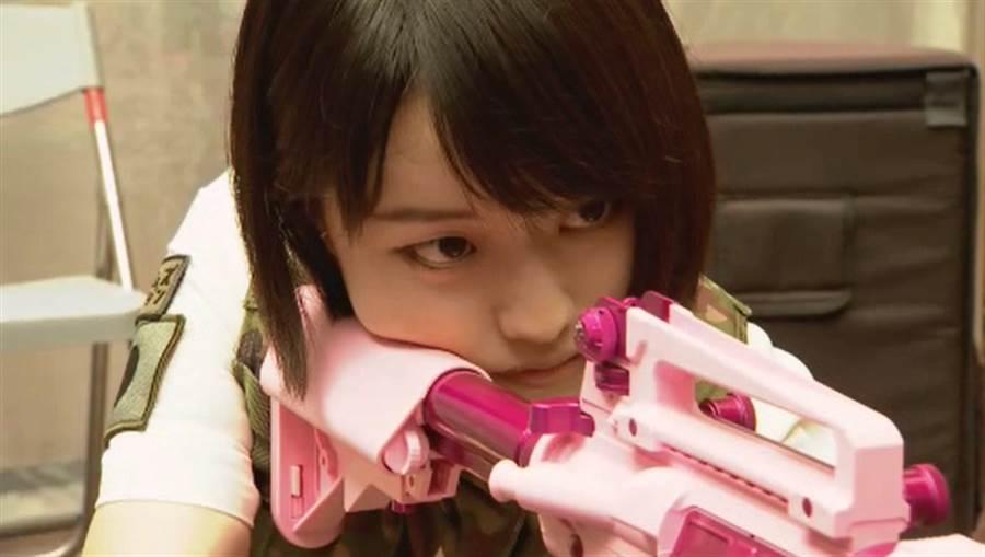 來自日本陸上自衛隊女兵KAZARI由職業軍人轉職為模特兒。