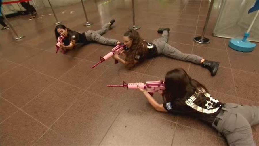 來自以色列的志願役女兵曾有實際戰鬥經驗。
