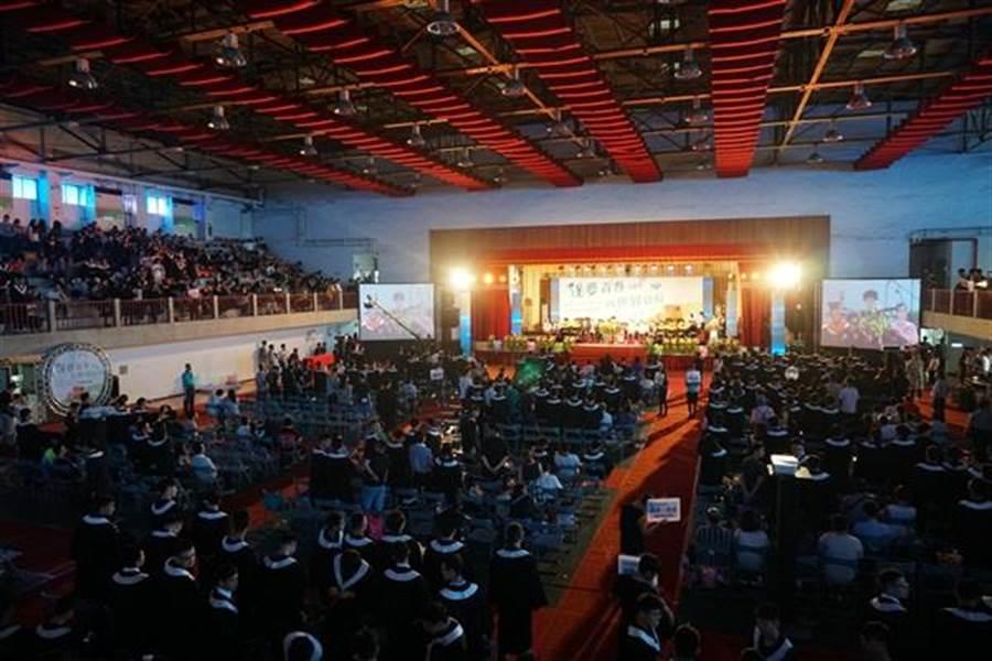 虎尾科大今天下午舉辦107級畢業典禮,今年畢業生計有2564人。(虎尾科大提供)