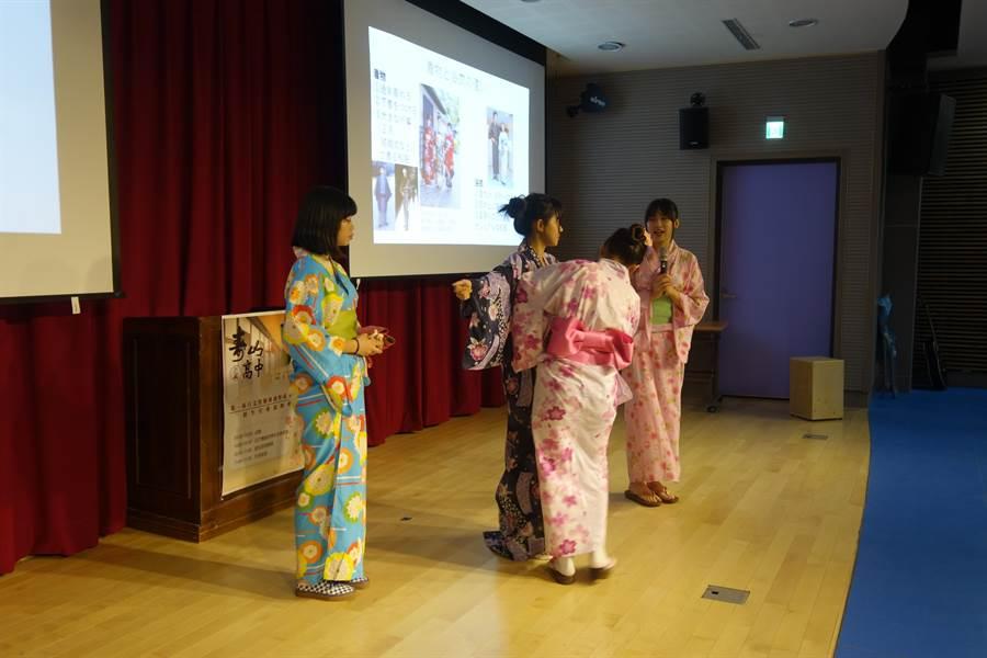 日文實驗班同學示範穿浴衣。(校方提供)