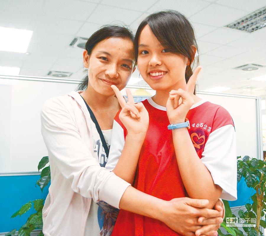 五福國中學生許采婷(右)與母親互動像朋友,記者詢問母女倆是否能夠合照,她對著媽媽笑說:「尊重妳的意願」,之後兩人在鏡頭前留下這張照片。(林宏聰攝)