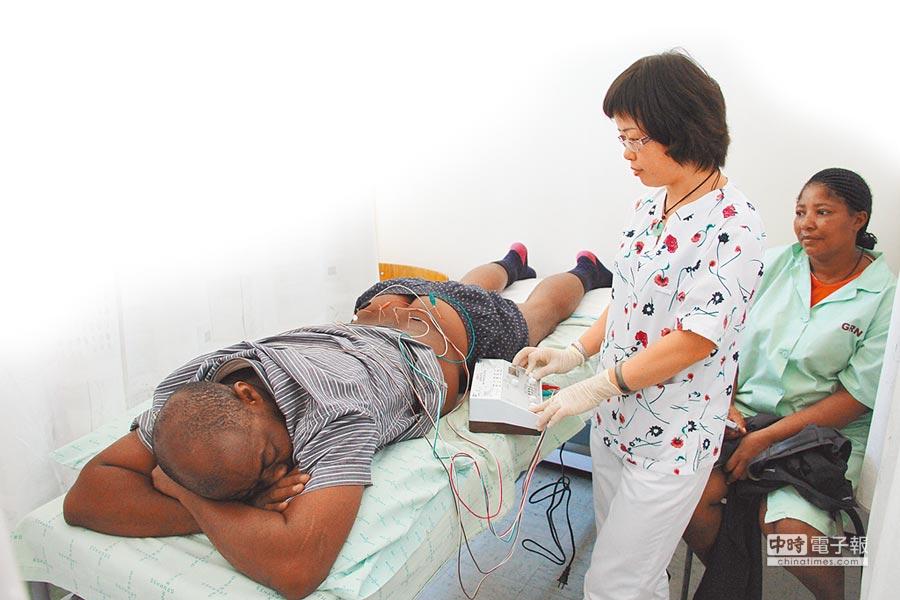 大陸醫療團隊替納米比亞患者進行針灸治療。(新華社)
