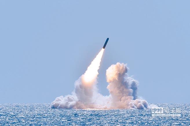 美國海軍俄亥俄級潛艦「內布拉斯加州號」發射彈道飛彈。(取自美國海軍官網)