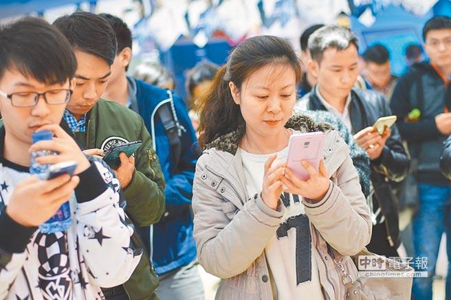 近年來越來越多年輕人已不在FB上發文,多轉到YouTube、Instagram了。(中新社資料照片)