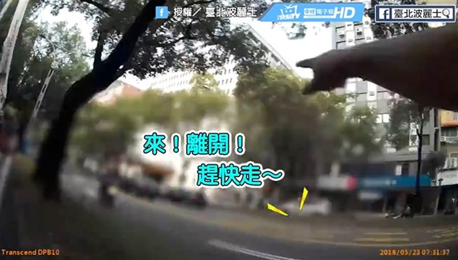 女子跳樓輕生引民眾圍觀 警籲救災現場勿逗留拍照打卡