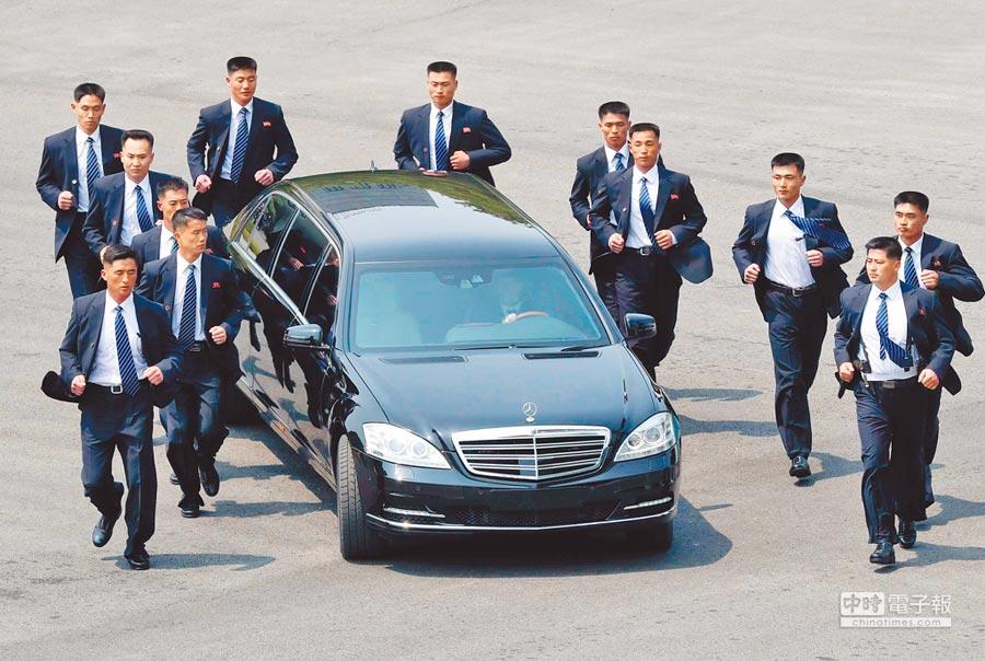 4月文金會時,金正恩搭乘專用的超豪華賓士邁巴赫(Maybach)防彈車,一旁還有12名保鑣以人肉擋車,圍著他的專車「護駕」。(美聯社)