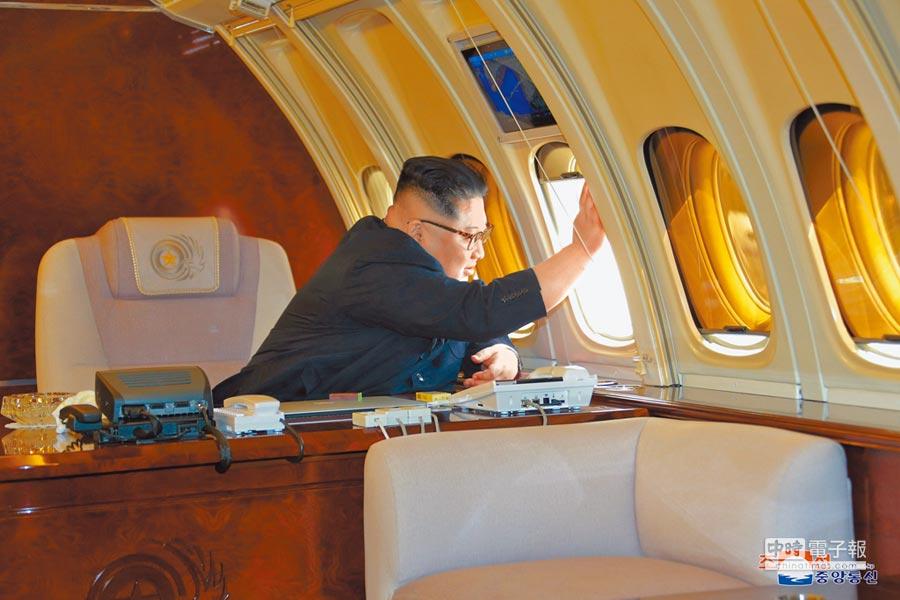 北韓領導人金正恩5月上旬搭座機「蒼鷹一號」赴大連,朝中社後來發布照片,可看到金正恩坐在機內向大陸送行官員揮手,專機內設有辦公桌、手提電腦等,設備齊全。(路透/朝中社)