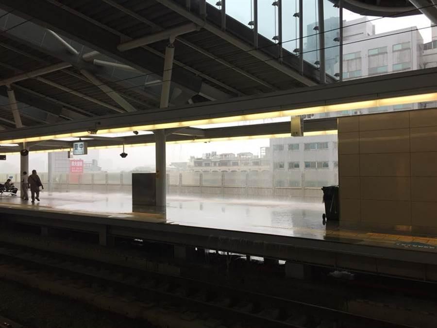 一早傾盆大雨,台中火車站月台驚見「瀑布」,被民眾拍照PO網。(圖/翻攝自爆料公社)