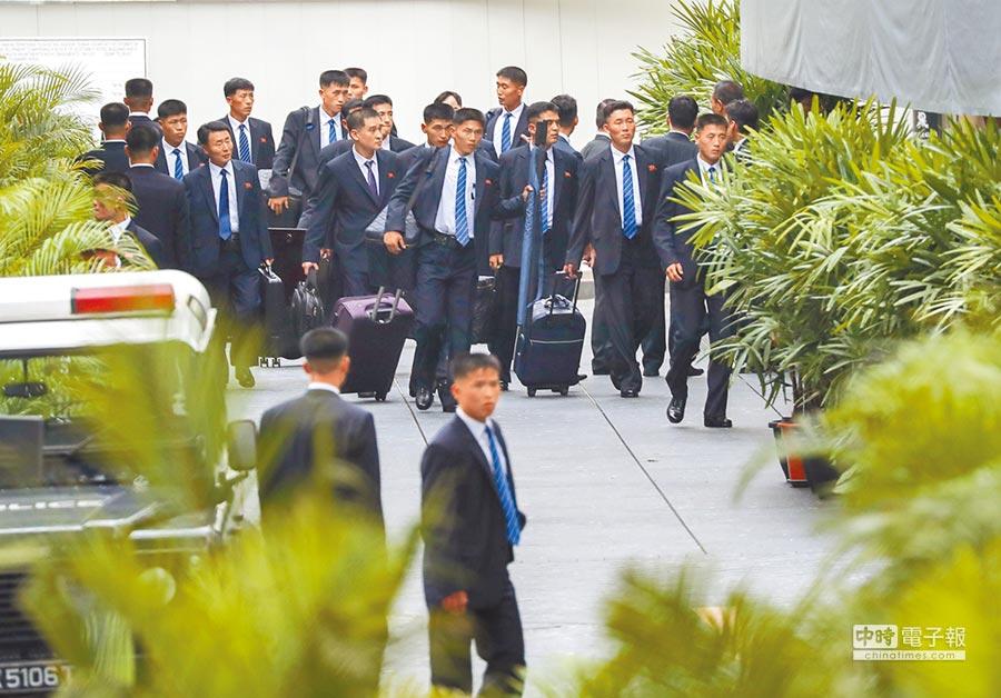 北韓維安人員10日下午帶著行李及維安設備,抵達金正恩預定下榻的瑞吉酒店。 (中央社)