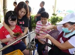 身心障礙者自立自強 體驗包粽子分贈社區