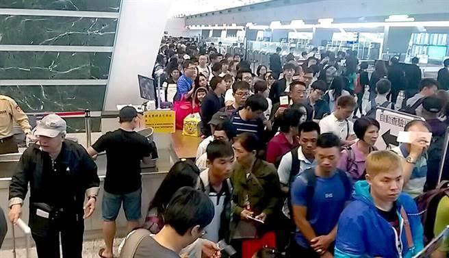 桃機電腦清晨當機,造成出境旅客大排長龍。(民眾提供)