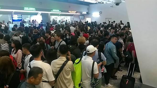 12日清晨,移民署電腦系統疑似主機程式更新,造成查驗系統讀取資料緩慢,讓通關出境旅客大排長龍,最少有80個航班受影響,目前仍在搶修中。(讀者提供)
