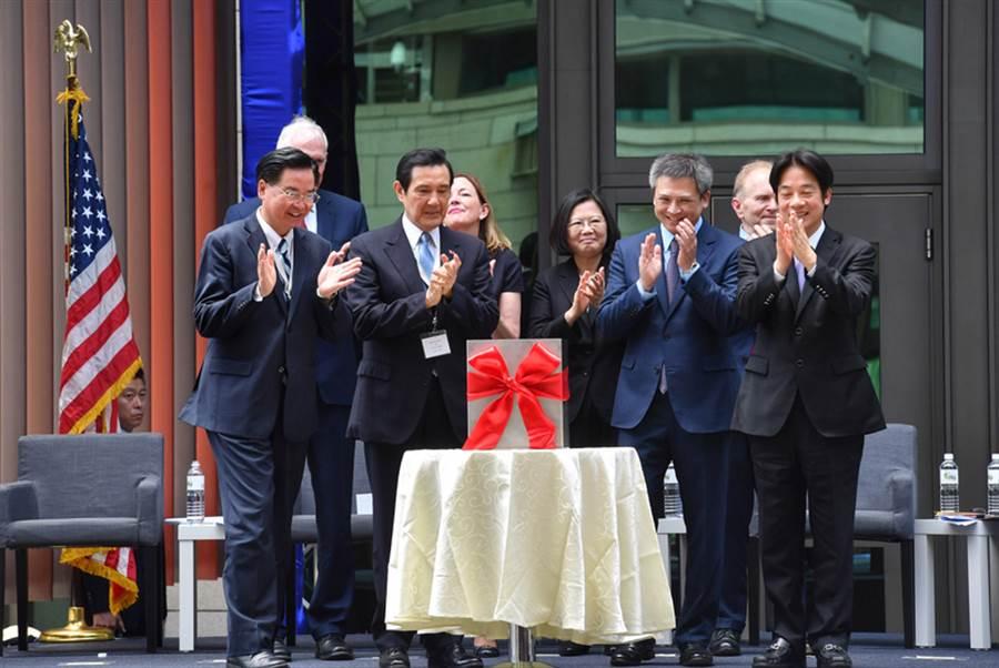 美国在台协会(AIT)台北内湖新馆12日落成,总统蔡英文(右4)、前总统马英九(前左2)皆出席见证,但目光难有交集。(中央社)