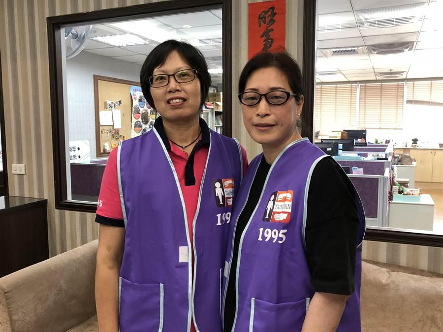 秀鶴(左)和秀芬(右)6年前同期進去桃園市生命線協會當志工,雖然都是職業婦女,仍請纓擔任大夜班的接線生,好默契曾一同挽救生命。(蔡依珍攝)