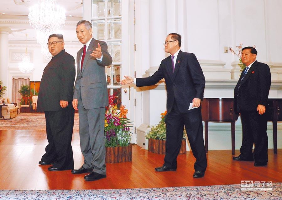 新加坡總理李顯龍(左二)昨天接受美國媒體訪問時,形容金正恩(左)是個「想走新道路」的「自信、年輕領導人」。圖為李顯龍10日在總統府,會晤當天稍早抵星的金正恩。(路透)