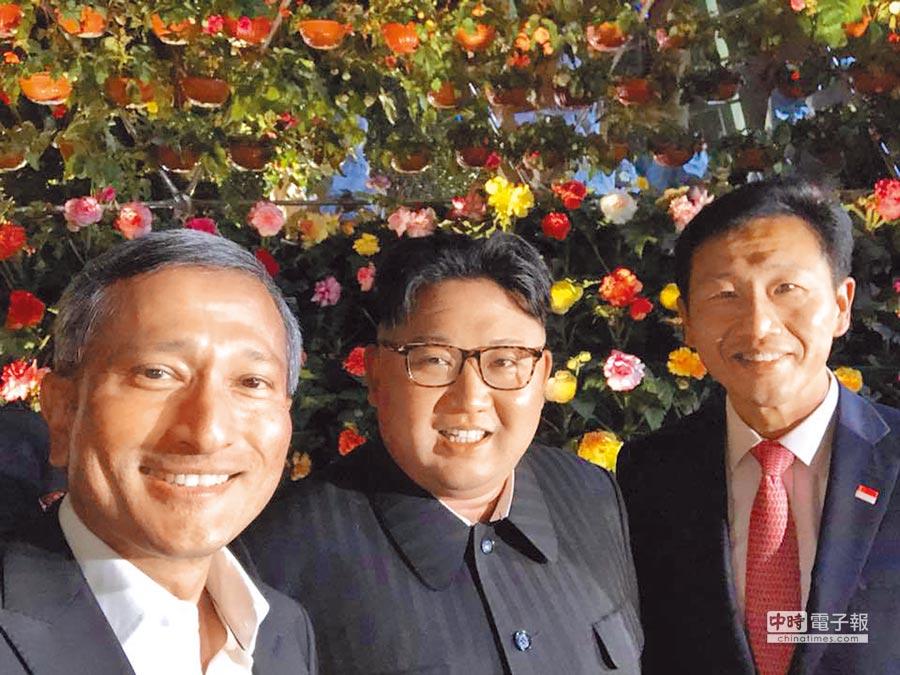 新加坡外長維文(左)在臉書上分享一張與金正恩(中)和星教育部長王乙康(右)在濱海灣花園的自拍合照。這可能是金正恩首次公開與外國政要自拍。(翻攝自維文臉書)