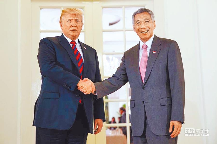 新加坡總理李顯龍(右)11日會見美國總統川普。(取自李顯龍臉書)