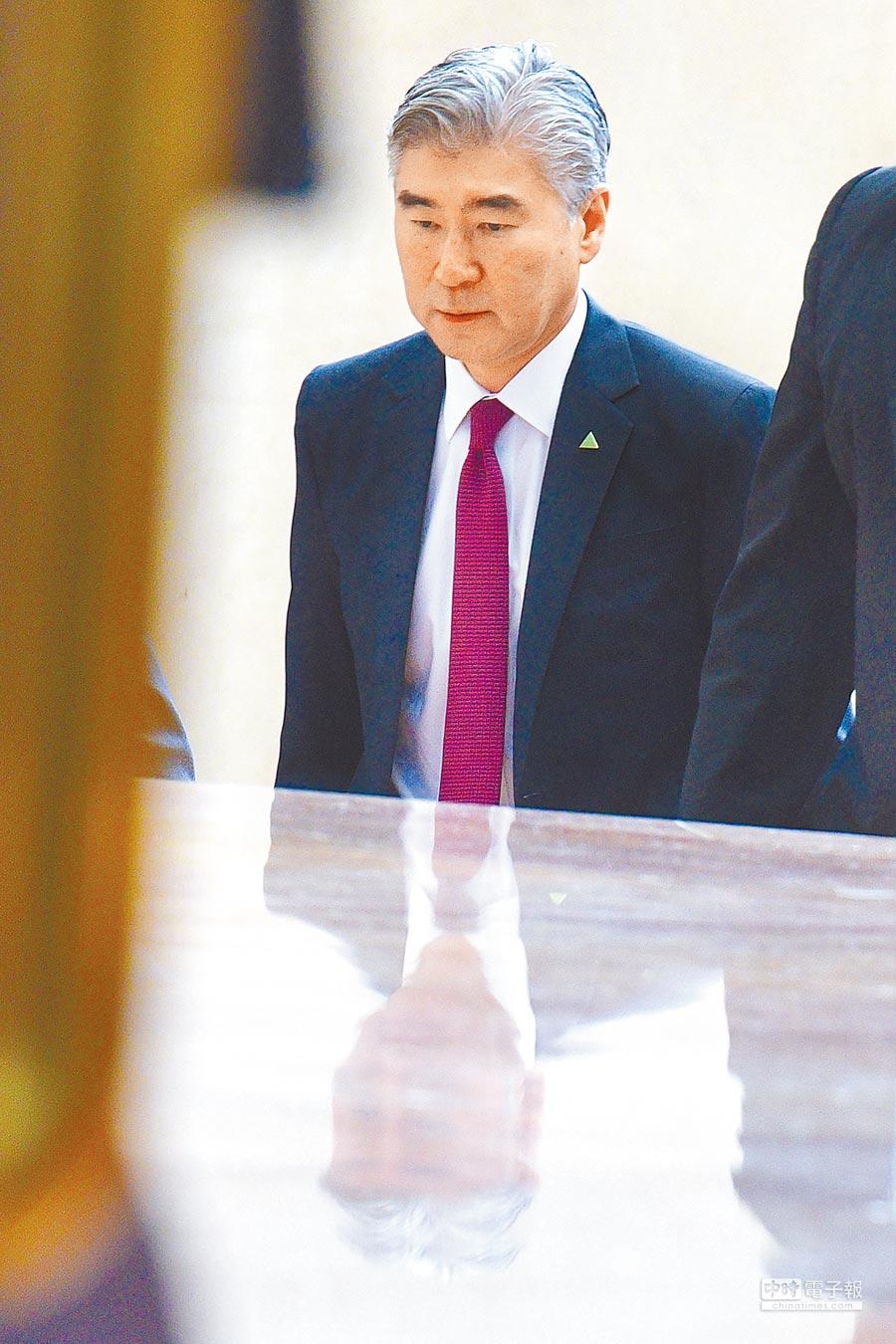 美國駐菲大使金成11日赴新加坡麗思-卡爾頓酒店參加美朝峰會前會議。(新華社)