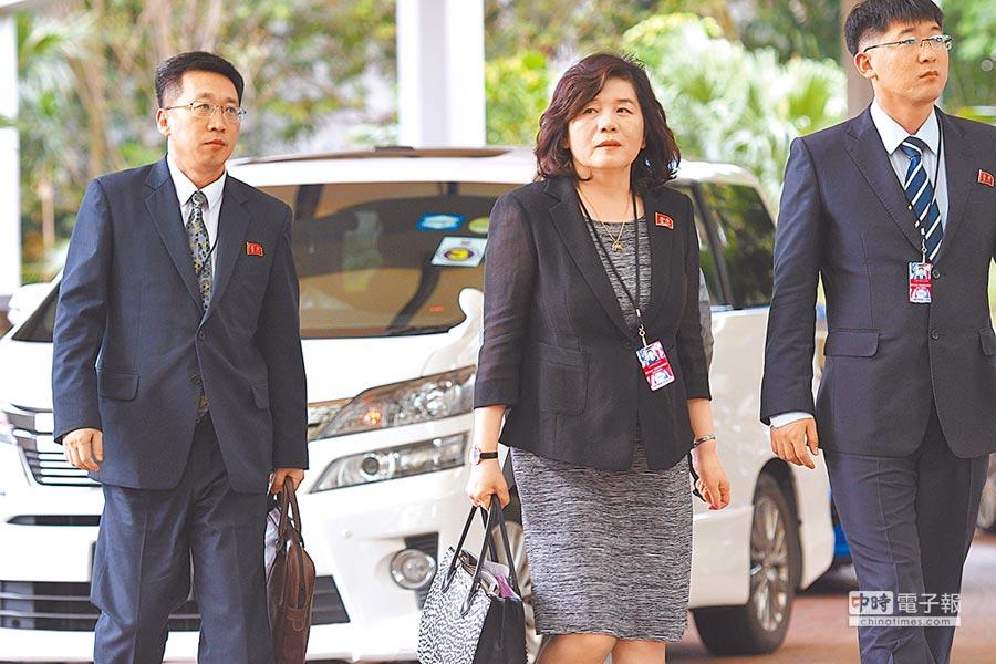 北韓外務省副相崔善姬(中)11日赴新加坡麗思-卡爾頓酒店參加美朝峰會前會議。(新華社)