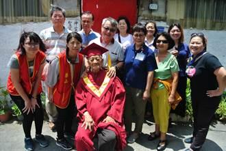 恆春百歲人瑞一生奉獻知識送祝福 華山基金會頒贈「人瑞大學榮譽博士」喝采
