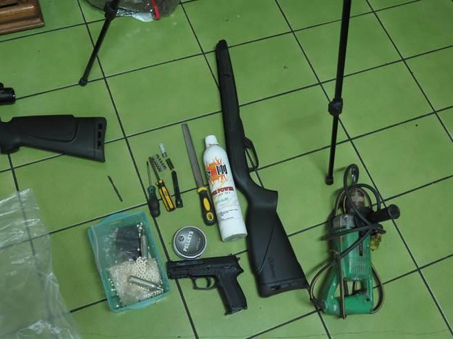 外籍移工持改造空氣槍打鳥被逮。(警方提供)