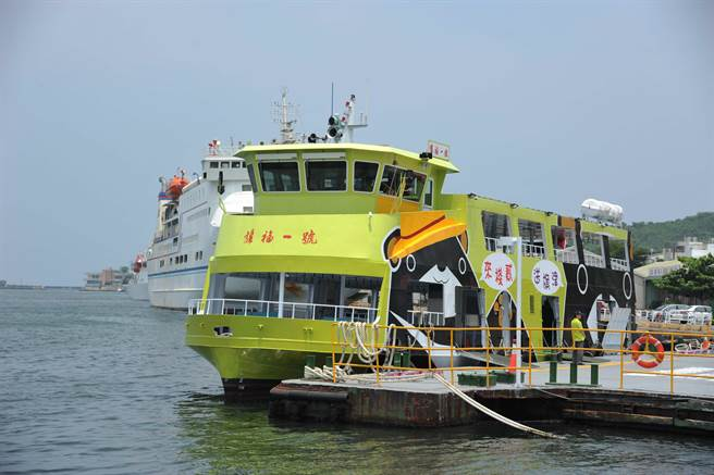 行駛棧貳庫和旗津之間的「旗福一號」,是亞洲第一艘電力渡輪。(圖/高雄新聞局提供)