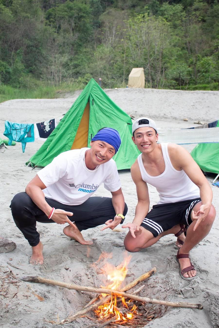 賴東賢與賴俊龍造訪尼泊爾深山部落。(圖片提供:三立)